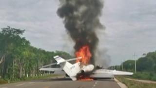 Αεροπλάνο που μετέφερε ναρκωτικά τυλίγεται στις φλόγες σε αυτοκινητόδρομο στο Μεξικό