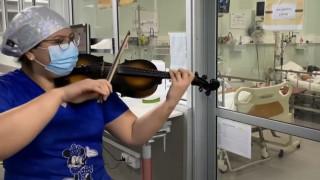 Κορωνοϊός: Nοσοκόμα στη Χιλή παίζει βιολί για τους ασθενείς
