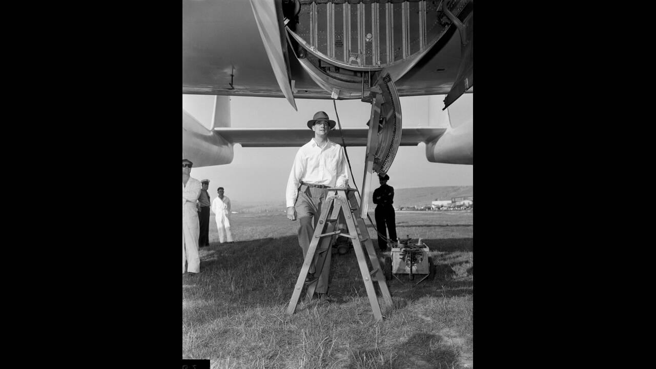 1946, Καλιφόρνια. Ο εκκεντρικός δισεκατομμυριούχος Χάουαρντ Χιουζ ανεβαίνει στο πρωτότυπο αεροσκάφος XF-11, λίγο πριν ξεκινήσει για τη δοκιμαστική πτήση. Το αεροσκάφος συνετρίβη, 45 λεπτά αργότερα και ο Χιουζ τραυματίστηκε πολύ σοβαρά.