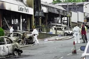 2001, Μπράντφορντ. Σφοδρές ταραχές έχουν ξεσπάσει στη Μεγάλη Βρετανία μετά από συγκρούσεις νεο-Ναζί και αντιφασιστών.