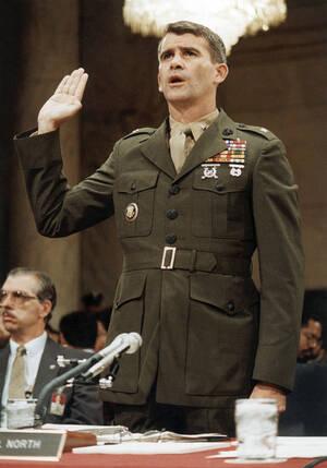 """1987, Ουάσινγκτον. Ο Συνταγματάρχης Όλιβερ Νορθ ορκίζεται μπροστά την επιτροπή που διερευνά το σκάνδαλο Ιράν-Κόντρα. Ο Νορθ κατέθεσε ότι """"ποτέ δεν συζήτησε ο ίδιος τη διάθεση κονδυλίων από την πώληση όπλων στο Ιράν προς τους Κόντρα με τον Πρόεδρο Ρέιγκαν"""""""