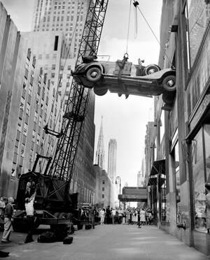 1948, Νέα Υόρκη. Μια Mercedes-Benz που ανήκε στον Αδόλφο Χίτλερ, παίρνει τη θέση της στο μουσείο Επιστημών και Βιομηχανίας στο Rockefeller Center. Το αυτοκίνητο θα εκτεθεί στο μουσείο και τα έσοδα θα διατεθούν για την παροχή βοήθειας σε ορφανά ελληνόπουλα