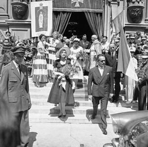 1956, Μονακό. Η πρώτη επίσημη εμφάνιση του πρίγκιπα Ρενιέ και της πριγκίπισσας Γκρέις, τρεις μήνες μετά το γάμο τους.