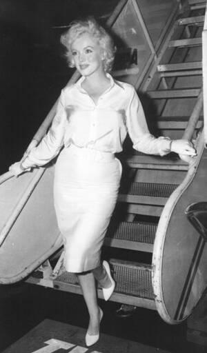 """1958, Νέα Υόρκη. Η μέρλιν Μονρόε αναχωρεί για το Λος Άντζελες, όπου θα γυρίσει την ταινία """"Μερικοί το προτιμούν καυτό""""."""