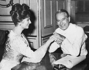 1959, Βιέννη. Ο Γάλλος ηθοποιός Μορίς Σεβαλιέ και η Σοφία Λόρεν. Οι δύο τους γυρίζουν μαζί την ταινία Olympia, στην οποία ο Σεβαλιέ υποδύεται τον πατέρα της Λόρεν.