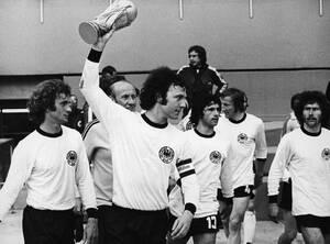 1974, Μόναχο. Ο αρχηγός της Εθνικής Ομάδας Ποδοσφαίρου της Δυτικής Γερμανίας, Φραντς Μπεκενμπάουερ σηκώνει το Παγκόσμιο Κύπελλο. Η ομάδα του το κατέκτησε νικώντας την αντίστοιχη της Ολλανδίας, με 2-1, στον τελικό της διοργάνωσης.