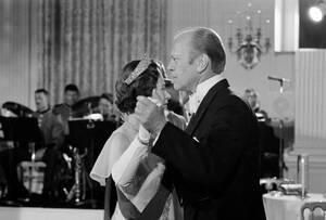 1976, Ουάσινγκτον. Η βασίλισσα Ελισάβετ χορεύει με τον Αμερικανό Πρόεδρο Τζέραλντ Φορντ σε επίσημο δείπνο στο Λευκό Οίκο.