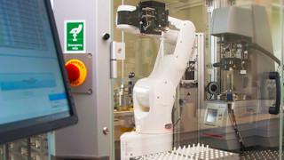 Έτοιμος να ριχτεί στη «μάχη»: Ρομποτικός χημικός κάνει μόνος του πειράματα