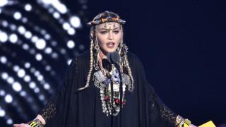 Η Μαντόνα φωτογραφίζεται topless, με μια πατερίτσα και αγνώριστη και προκαλεί αντιδράσεις