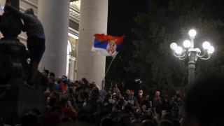 Σερβία: Εισβολή διαδηλωτών στο κοινοβούλιο μετά την ανακοίνωση νέου lockdown