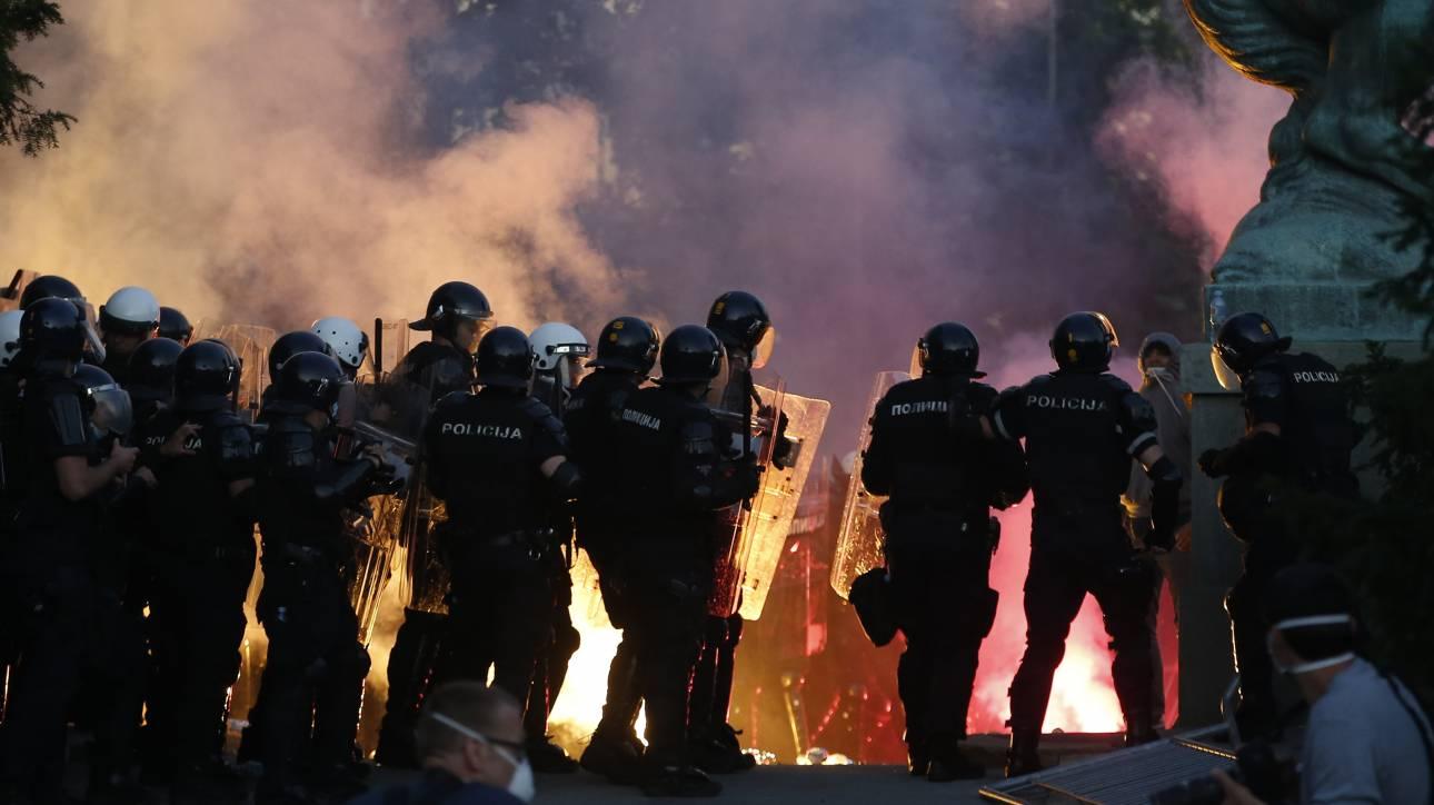 Σερβία: Δεύτερη νύχτα διαδηλώσεων και επεισοδίων έξω από το κοινοβούλιο