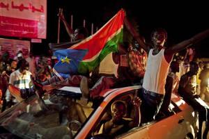 2011, Νότιο Σουδάν. Κάτοικοι του Νοτίου Σουδάν πανηγυρίζουν την ανεξαρτησία της χώρας. Το Νότιο Σουδάν έγινε η νεότερη χώρα του κόσμου μετά από δύο εμφυλίους πολέμους και πέντε δεκαετίες που κόστισαν τις ζωές εκατομμυρίων ανθρώπων.