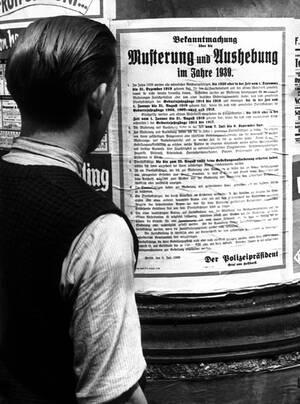 1939, Βερολίνο. Ο Χίτλερ καλεί στα όπλα ακόμα ένα εκατομμύριο Γερμανούς, ως αποτέλεσμα της έντασης στο Ντάντζιγκ. Καλούνται οι άντρες που γεννήθηκαν ανάμεσα στο 1918 και το 1920.