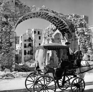1942, Βαλέτα. Η αψίδα αυτή είναι το μόνο που έμεινε από τα δικαστήρια στη Βαλέτα, της Μάλτας, μετά τους βομβαρδισμούς.