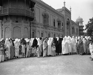 1947, Πεσαβάρ. Γυναίκες που φορούν μπούργκα περιμένουν τη σειρά τους για να ψηφίσουν σε ένα σχολείο της Πεσαβάρ, λαμβάνοντας μέρος σε δημοψήφισμα στο Πακιστάν.