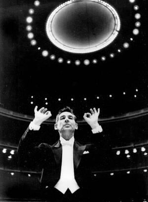 1959, Νέα Υόρκη. Ο Λέοναρντ Μπέρνστάιν διευθύνει τη Φιλαρμονική Ορχήστρα της Νέας Υόρκης, της οποίας είναι μαέστρος.