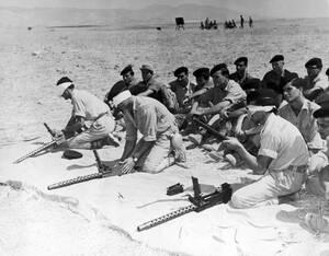 1964, Αμμόχωστος. Με δεμένα τα μάτια, άντρες του Κυπριακού στρατού λύνουν και δένουν ξανά τα οπλοπολυβόλα τους κατά τη διάρκεια άσκησης κοντά στην Αμμόχωστο.