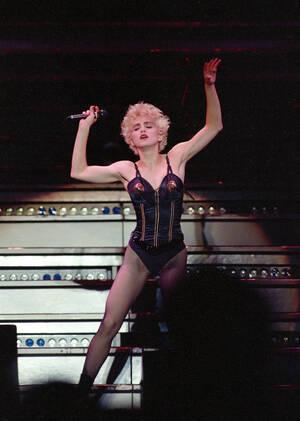 1987, Μααχουσέτη. Η τραγουδίστρια Μαντόνα χορεύει επί σκηνής στο Στάδιο Σάλιβαν, στο Φόξμπορο της Μασαχουσέτης.