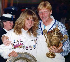 1989, Γουίμπλεντον. Η Στέφι Γκραφ και ο Μπόρις Μπέκερ (από τη Δυτική Γερμανία και οι δύο) ποζάρουν με τα τρόπαιά τους, στο All England Lawn Tennis Club, στο Λονδίνο, μετά τη νίκη τους στους αντίστοιχους τελικούς του Γουίμπλεντον.