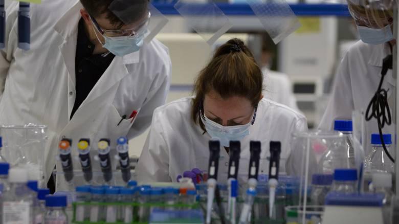 Κορωνοϊός: Η Μεγάλη Βρετανία δεν θα ενταχθεί στο πρόγραμμα εμβολίων της ΕΕ