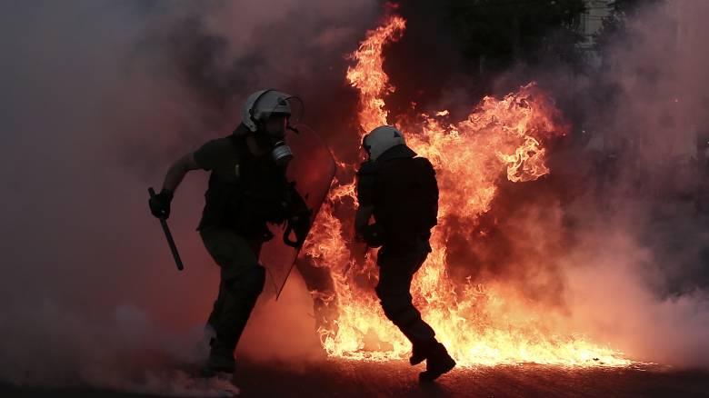 Επεισόδια στο Σύνταγμα: Οργανωμένο σχέδιο για τραυματισμό αστυνομικών «βλέπουν» οι Αρχές