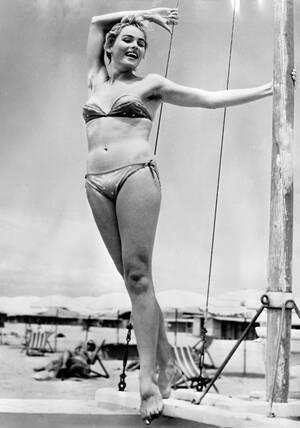 1954, Ρώμη.  Η Ελβετίδα ηθοποιός Ούρσουλα Άντρες, ποζάρει πάνω σε ένα σκάφος σε μια παραλία κοντά στη Ρώμη.