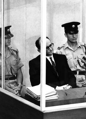 1961, Ιερουσαλήμ.  Ο Αδόλφος Άιχμαν περιμένει την απόφαση του δικαστηρίου για το αίτημά του να επαναληφθεί η εξέτασή του. Ο Άιχμαν, που κατηγορείται ότι βοήθησε στην εξόντωση εκατομμυρίων Εβραίων στα στρατόπεδα συγκέντρωσης, παραπονέθηκε ότι υποφέρει από