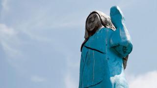 Σλοβενία: Άγνωστοι πυρπόλησαν ένα ξυλόγλυπτο άγαλμα της Μελάνια Τραμπ στη γενέτειρά της