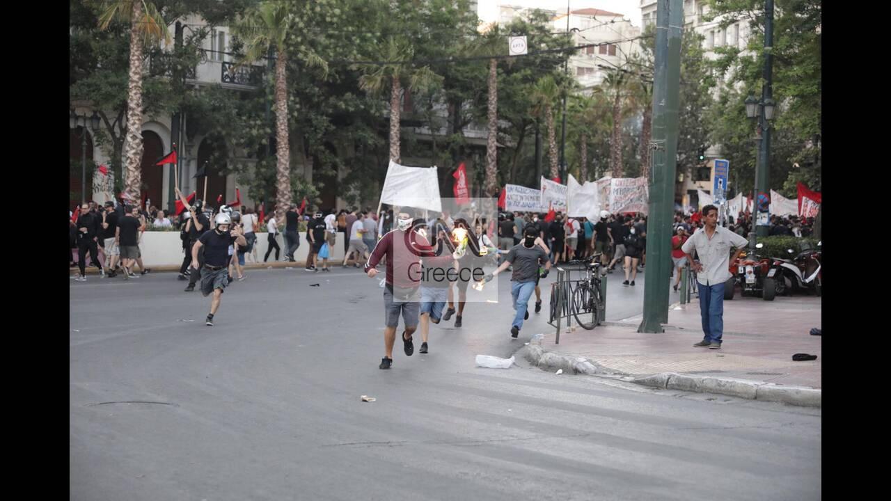 https://cdn.cnngreece.gr/media/news/2020/07/10/226774/photos/snapshot/syntagma-molotov.jpg