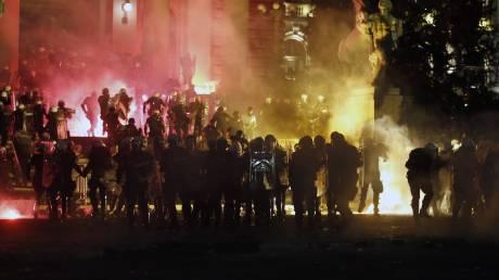 Άλλη μια νύχτα έντασης στο Βελιγράδι: Σφοδρές συγκρούσεις εθνικιστών και αστυνομικών
