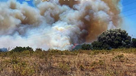Φωτιά στην Κάρυστο: Ενισχύθηκαν οι δυνάμεις - Εκκενώθηκε προληπτικά οικισμός
