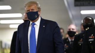ΗΠΑ: Η πρώτη δημόσια εμφάνιση του Ντόναλντ Τραμπ με προστατευτική μάσκα