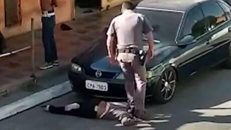 Οργή στη Βραζιλία με αστυνομικό που πατά στο λαιμό γυναίκα
