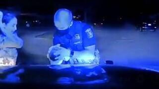 Συγκλονιστικό βίντεο: Αστυνομικός σώζει βρέφος από πνιγμό