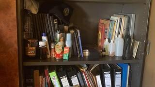 Η ντουλάπα - τρώγλη όπου φύλαγε τα «φάρμακά» του ο ψευτογιατρός