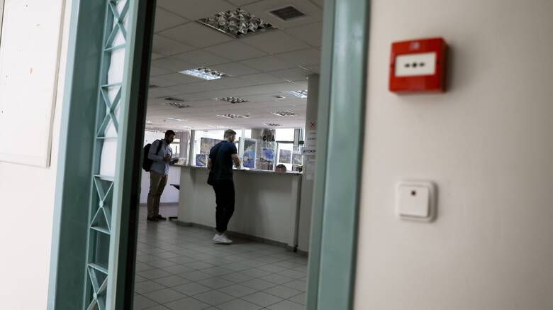 Τρόμος στη ΔΟΥ Κοζάνης: Τέσσερις τραυματίες μετά από εισβολή άνδρα με τσεκούρι