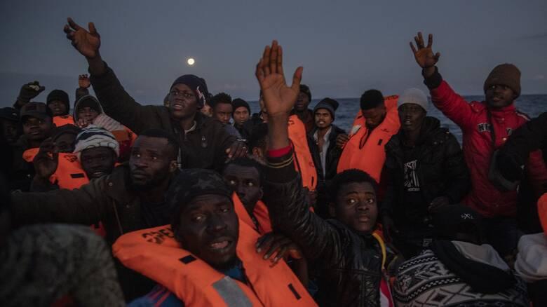 Ιταλία: Σοκαριστική φωτογραφία δείχνει πτώμα μετανάστη να επιπλέει στη θάλασσα