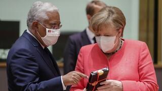 Σύνοδος Κορυφής: Με μάσκες και δώρα οι πρώτες συναντήσεις των Ευρωπαίων ηγετών