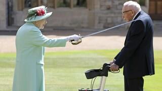 Η βασίλισσα Ελισάβετ έχρισε ιππότη τον «Κάπτεν Τομ» που συγκέντρωσε 36,2 εκατ. ευρώ