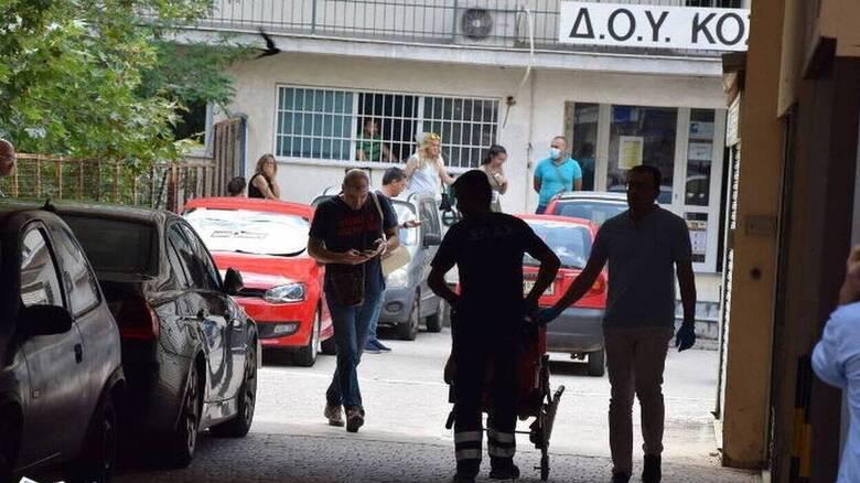 Επίθεση με τσεκούρι στη ΔΟΥ Κοζάνης: Αντιδράσεις μετά τη δημοσιοποίηση βίντεο