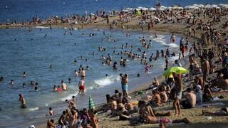 Κορωνοϊός: Γέμισαν οι παραλίες στη Βαρκελώνη παρά τις εκκλήσεις για παραμονή στο σπίτι