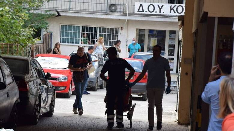 Επίθεση Κοζάνη: Συγκλονίζει η μαρτυρία εφοριακού που άρπαξε το τσεκούρι από τα χέρια του 45χρονου