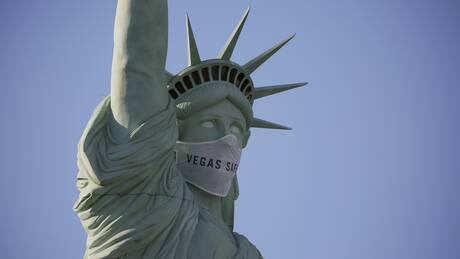 Λας Βέγκας: Αντίγραφο του Αγάλματος της Ελευθερίας φοράει μάσκα