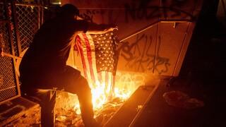 HΠΑ: Οργή για την παρουσία της εθνοφρουράς στις διαδηλώσεις - Ξυλοκοπήθηκε βετεράνος