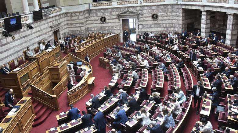 Εκρηκτικό το κλίμα στη Βουλή: Καυγάδες, βρισιές, άσεμνες χειρονομίες και μια αποβολή