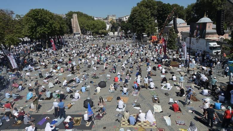 Πλήθος κόσμου έξω από την Αγία Σοφία για τη φιέστα Ερντογάν