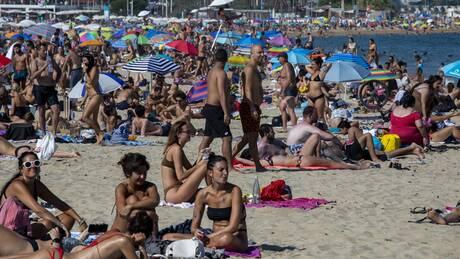 Βαρκελώνη: Οι παραλίες γέμισαν παρά τις εκκλήσεις των αρχών λόγω κορωνοϊού