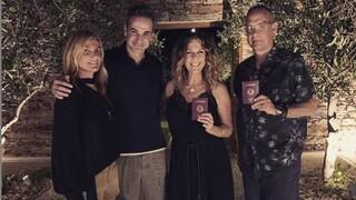 Στην Αντίπαρο το ζεύγος Μητσοτάκη – Η «ελληνική» βραδιά με τον Τομ Χανκς και τη Ρίτα Γουίλσον