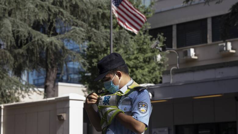 Στο «κόκκινο» οι σχέσεις ΗΠΑ - Κίνα: Κατέβηκε η αμερικανική σημαία στο προξενείο της Τσενγκντού