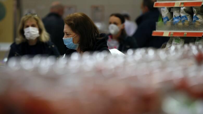 Κορωνοϊός: Στο «τραπέζι» της κυβέρνησης η υποχρεωτική χρήση μάσκας σε κλειστούς χώρους